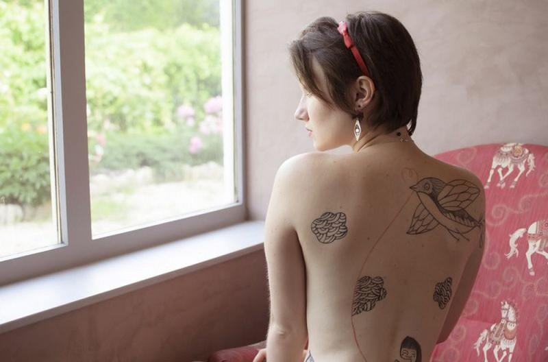 Пинап эротика брюнетки с округлыми формами 15 фото