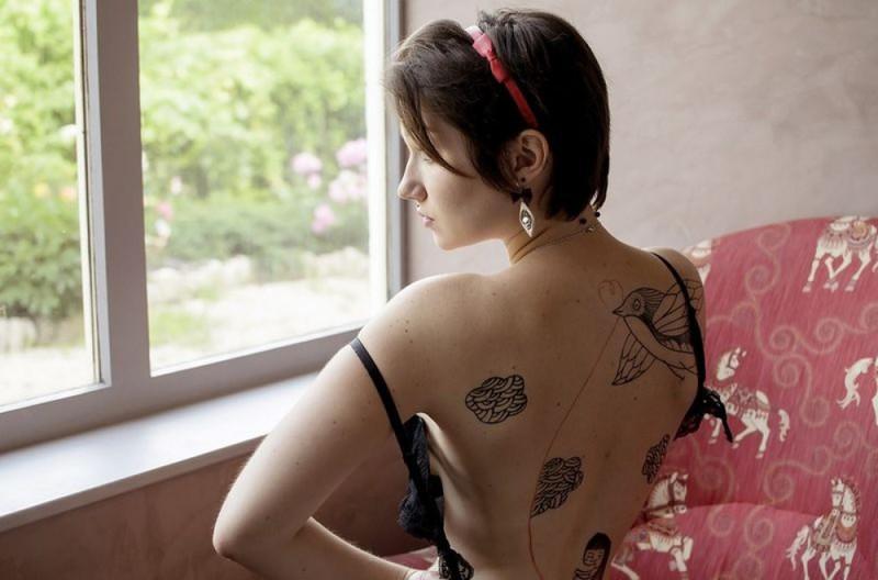 Пинап эротика брюнетки с округлыми формами 32 фото