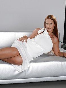 Гламурная цыпочка обнажила силиконовую грудь на диване