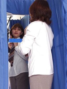 Тайская деваха показывает свои формы в примерочной