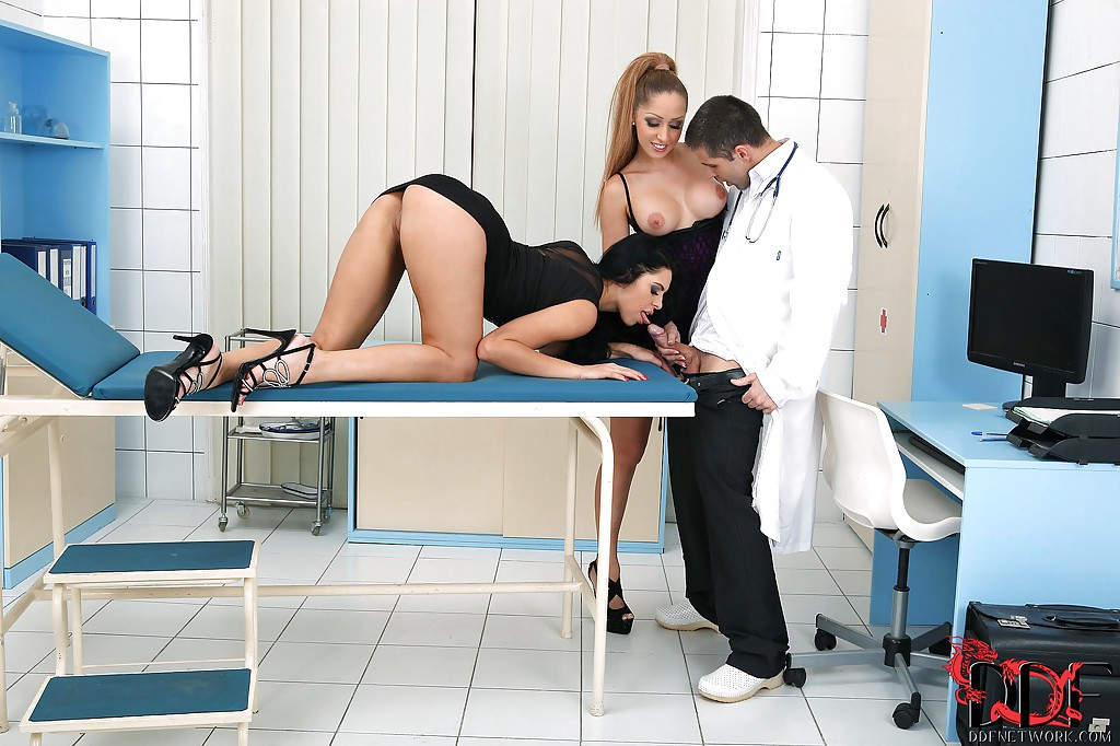 Две сексуальные пациентки отсосали доктору в кабинете 3 фото