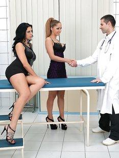 Две сексуальные пациентки отсосали доктору в кабинете