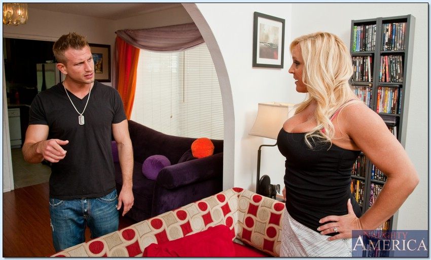 Мужик трахает зрелую домохозяйку на диване 2 фото