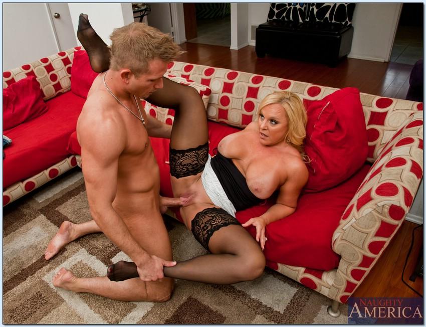Мужик трахает зрелую домохозяйку на диване 8 фото