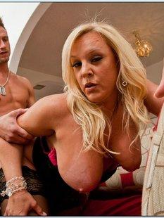 Мужик трахает зрелую домохозяйку на диване