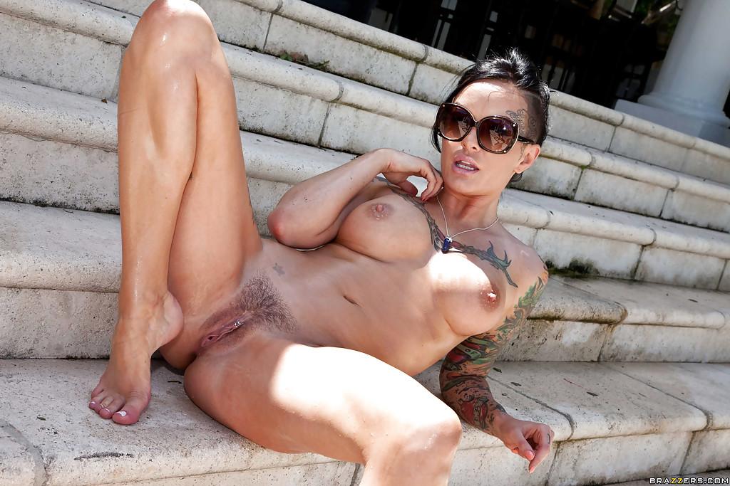 Татуированная брюнетка мастурбирует дилдо на свежем воздухе 2 фото