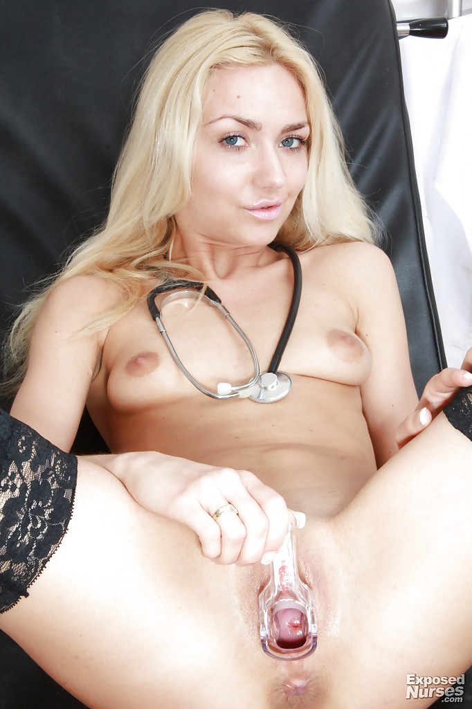 Чешская медсестра Victoria Puppy раздвигает киску на гинекологическом кресле 14 фото