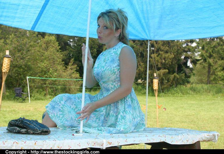 Девица сняла платье и позирует в нижнем белье на природе 2 фото