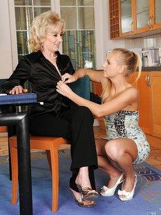Старушка лижет киску молодой лесбиянки на кухне