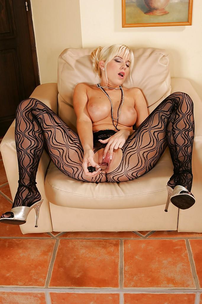Грудастая блондинка мастурбирует вибратором в кожаном кресле 8 фото