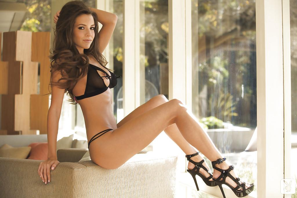Модель с большими сиськами позирует в сексуальном белье 4 фото