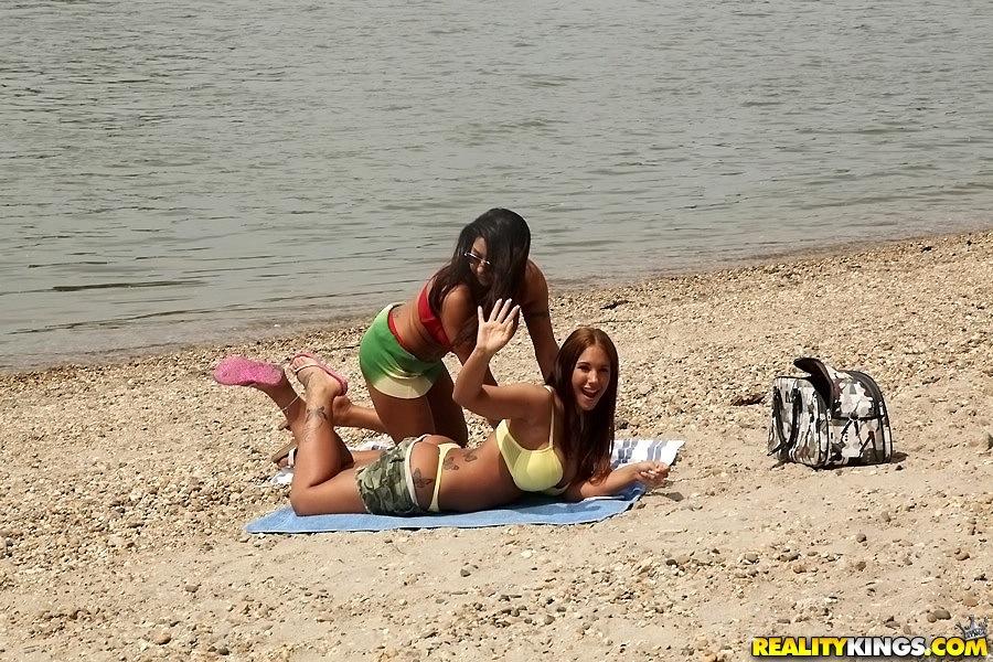 Пара лесбиянок наслаждается собой на берегу реки 1 фото