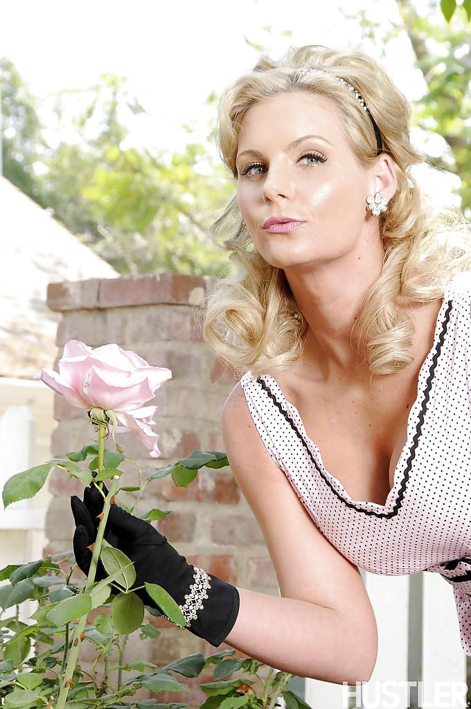 Сексуальная милфа в чулках устроила стриптиз в саду 5 фото