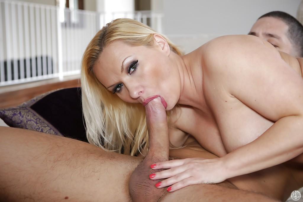 Блондинистая домохозяйка делает глубокий минет молодому любовнику 4 фото