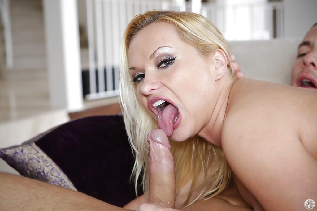 Блондинистая домохозяйка делает глубокий минет молодому любовнику 6 фото