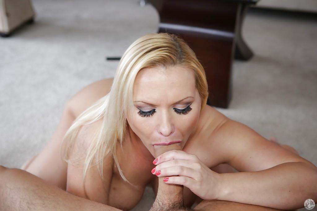 Блондинистая домохозяйка делает глубокий минет молодому любовнику 9 фото