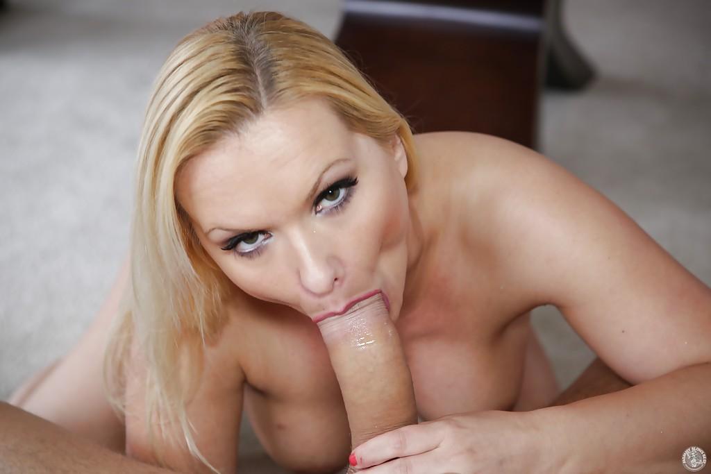 Блондинистая домохозяйка делает глубокий минет молодому любовнику 10 фото
