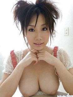 Японская горничная хвастается большой натуральной грудью