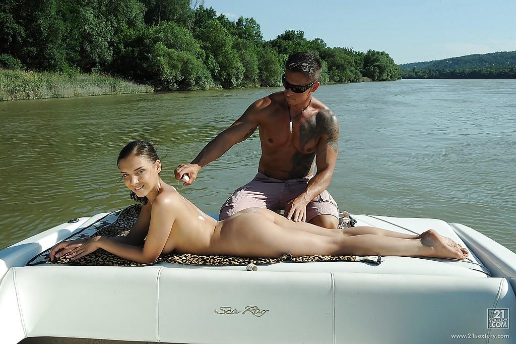 Русская туристка даёт в анал на катере посреди озера 1 фото