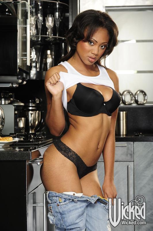Чернокожая домохозяйка мастурбирует на кухне 4 фото