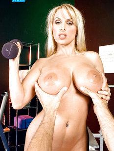 Грудастую блондинку трахает в спортзале фитнес-тренер