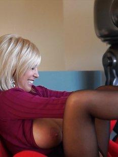 Тридцатилетняя мамочка в колготках трахается раком