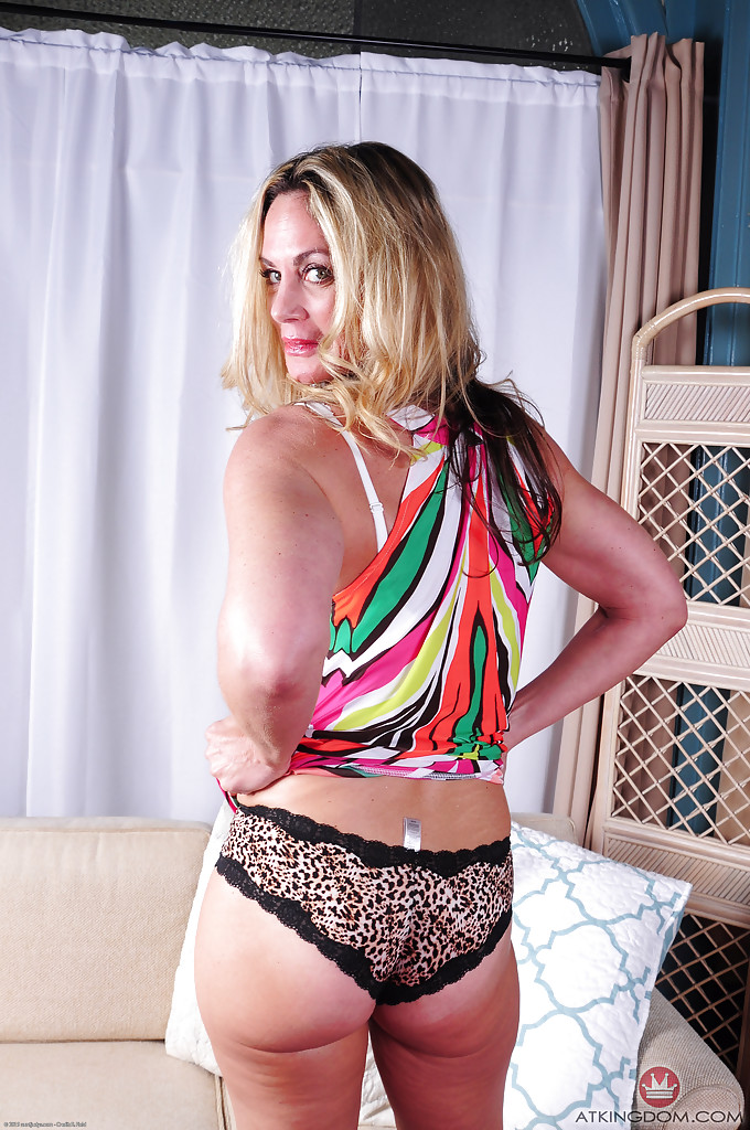 Зрелая блондинка Sydney раздевшись лежит голая на диване 1 фото