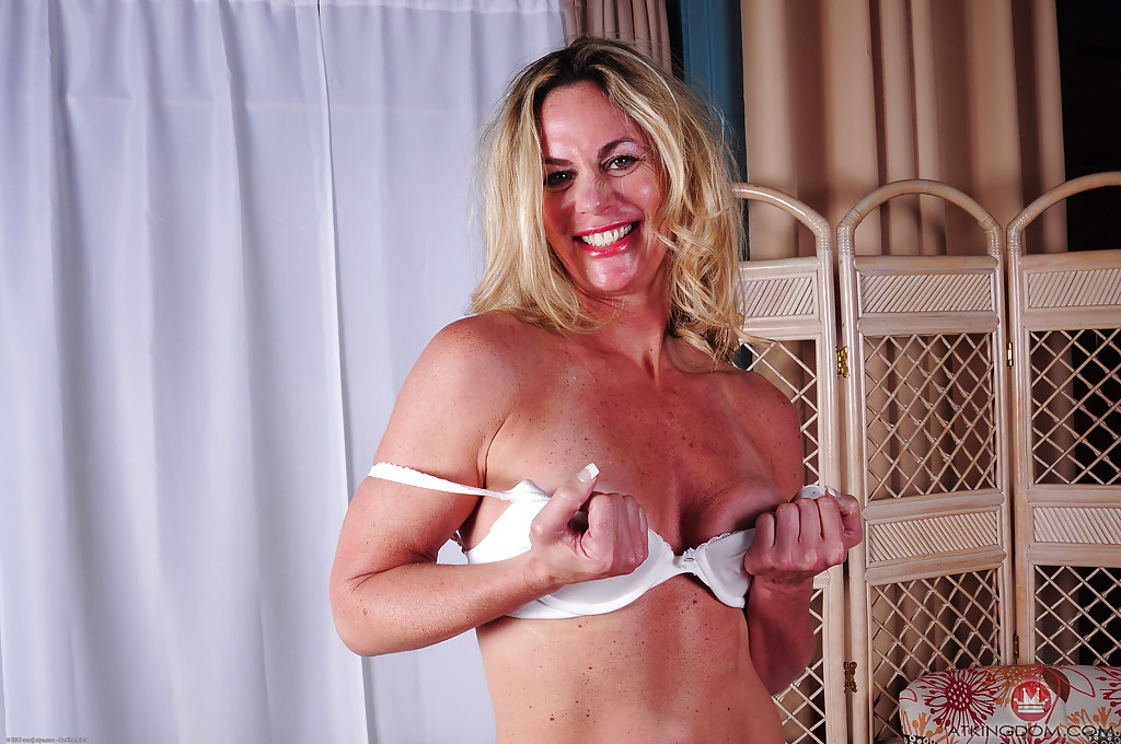 Зрелая блондинка Sydney раздевшись лежит голая на диване 5 фото
