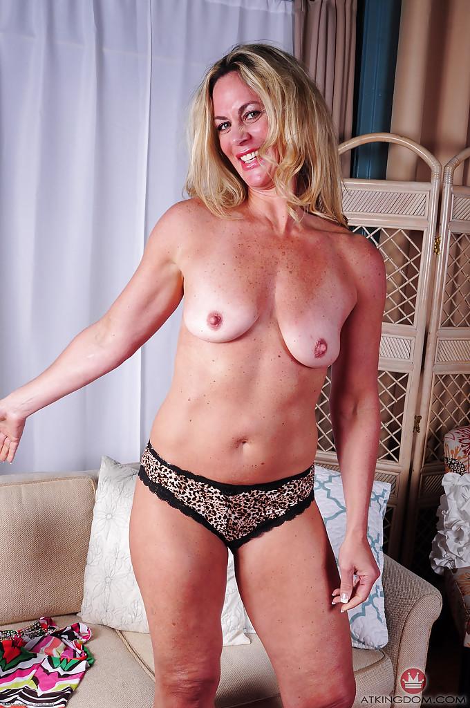 Зрелая блондинка Sydney раздевшись лежит голая на диване 6 фото