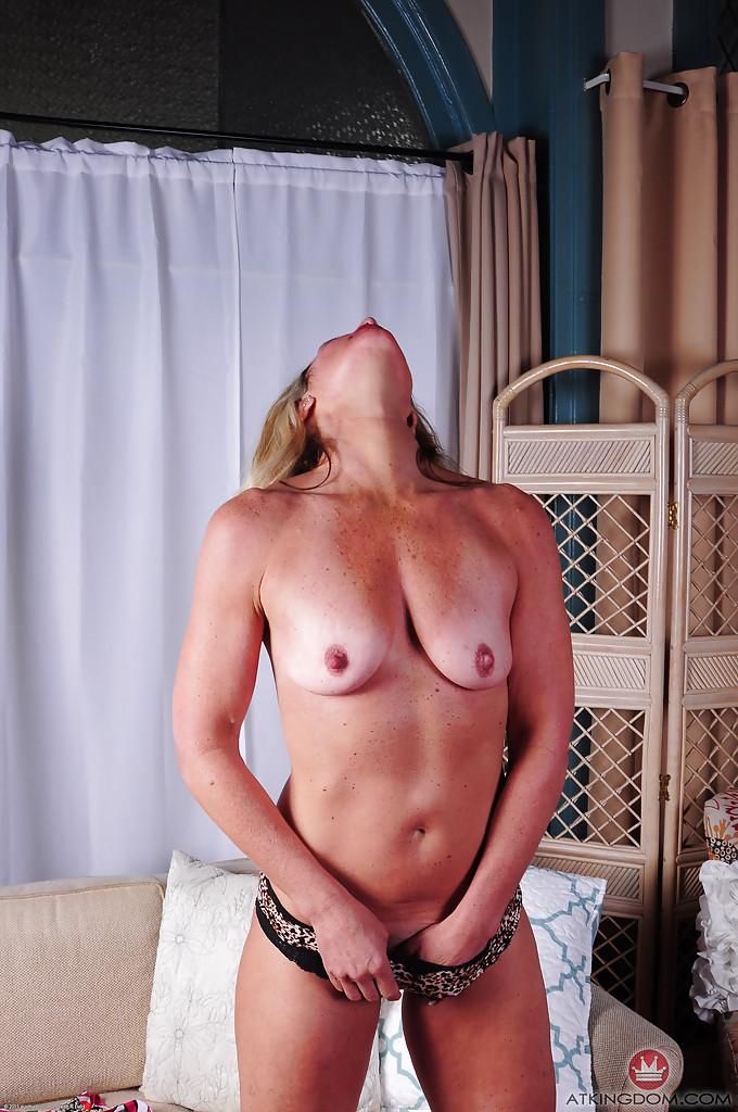 Зрелая блондинка Sydney раздевшись лежит голая на диване 7 фото