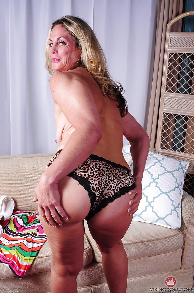 Зрелая блондинка Sydney раздевшись лежит голая на диване 8 фото
