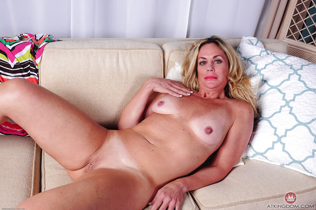 Зрелая блондинка Sydney раздевшись лежит голая на диване 12 фото