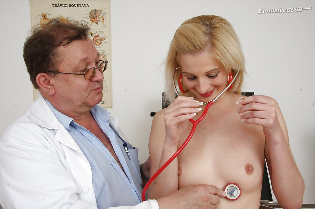 Гинеколог растягивает вагину молодой пациентки секс игрушкой 3 фото