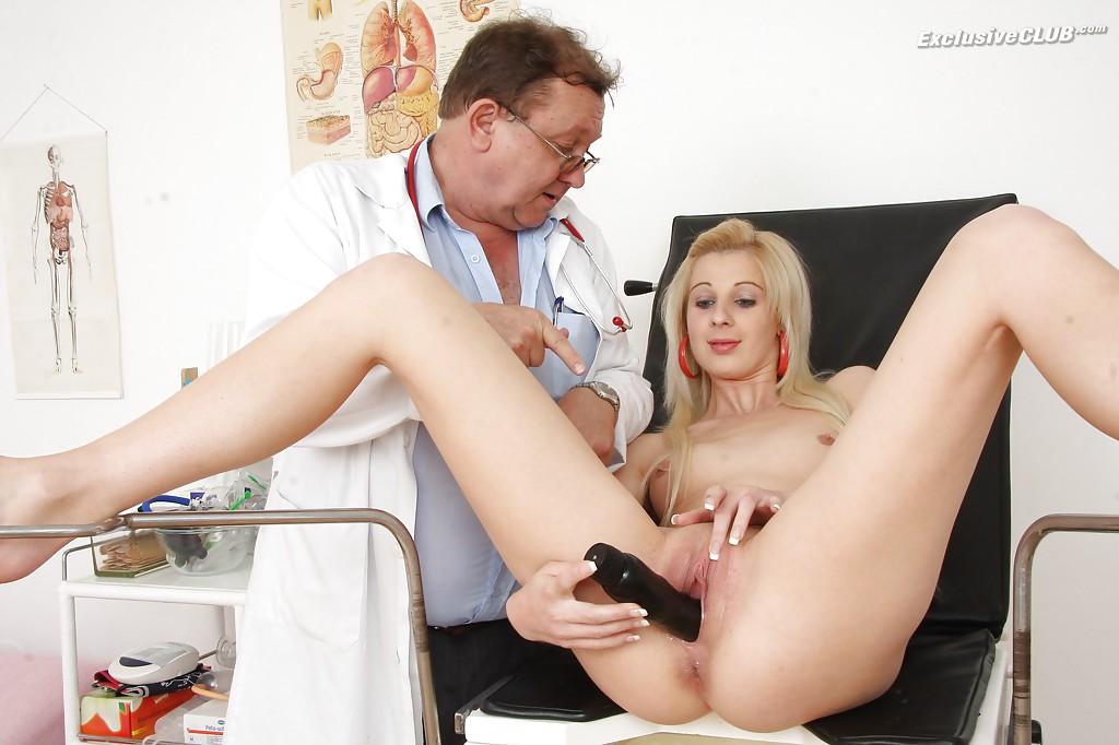 Гинеколог растягивает вагину молодой пациентки секс игрушкой 15 фото