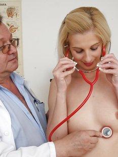 Гинеколог растягивает вагину молодой пациентки секс игрушкой
