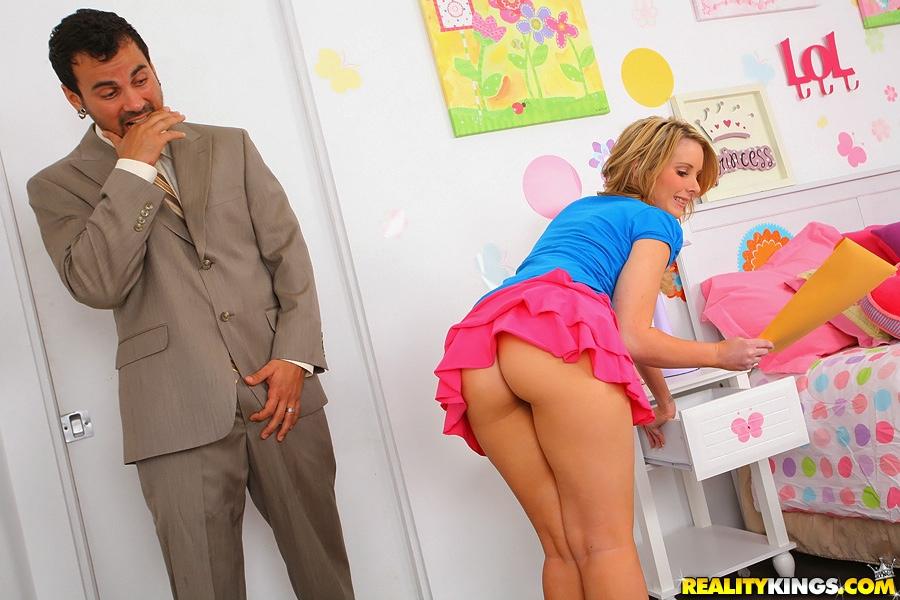 Молодая девица удовлетворяет агрегат своей бритой киской 2 фото