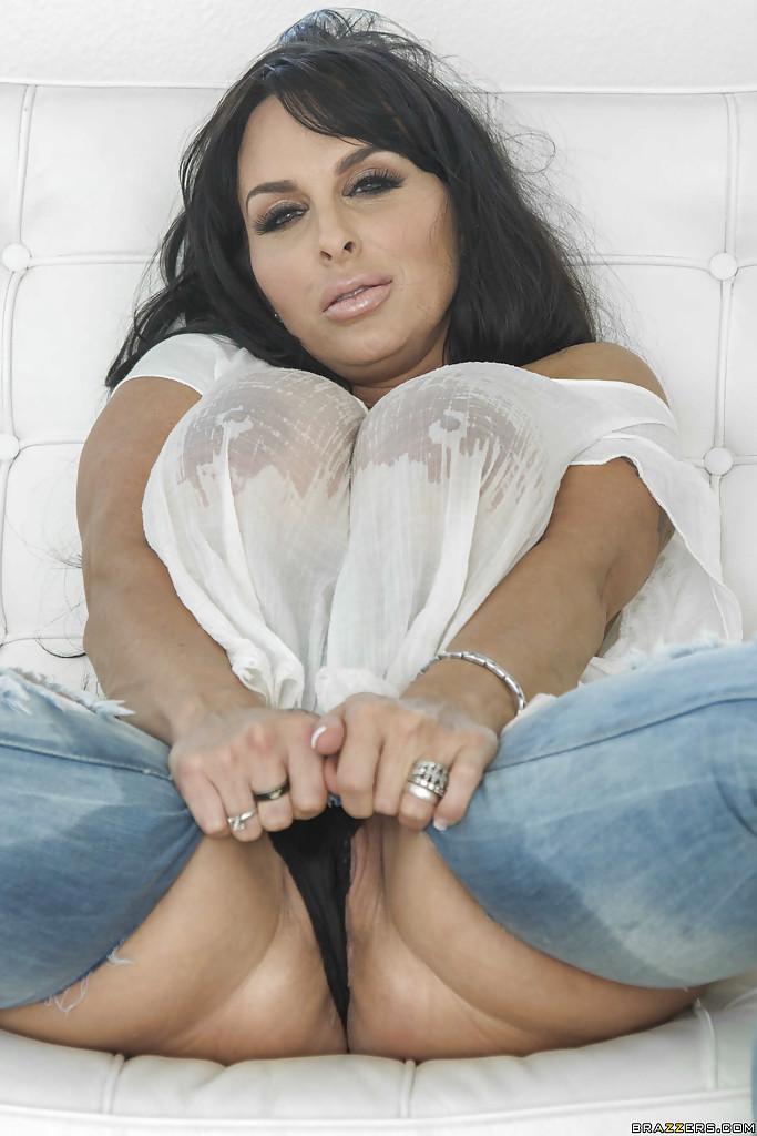 Горячая мамочка сексуально позирует обнажая огромные булки и дойки 4 фото