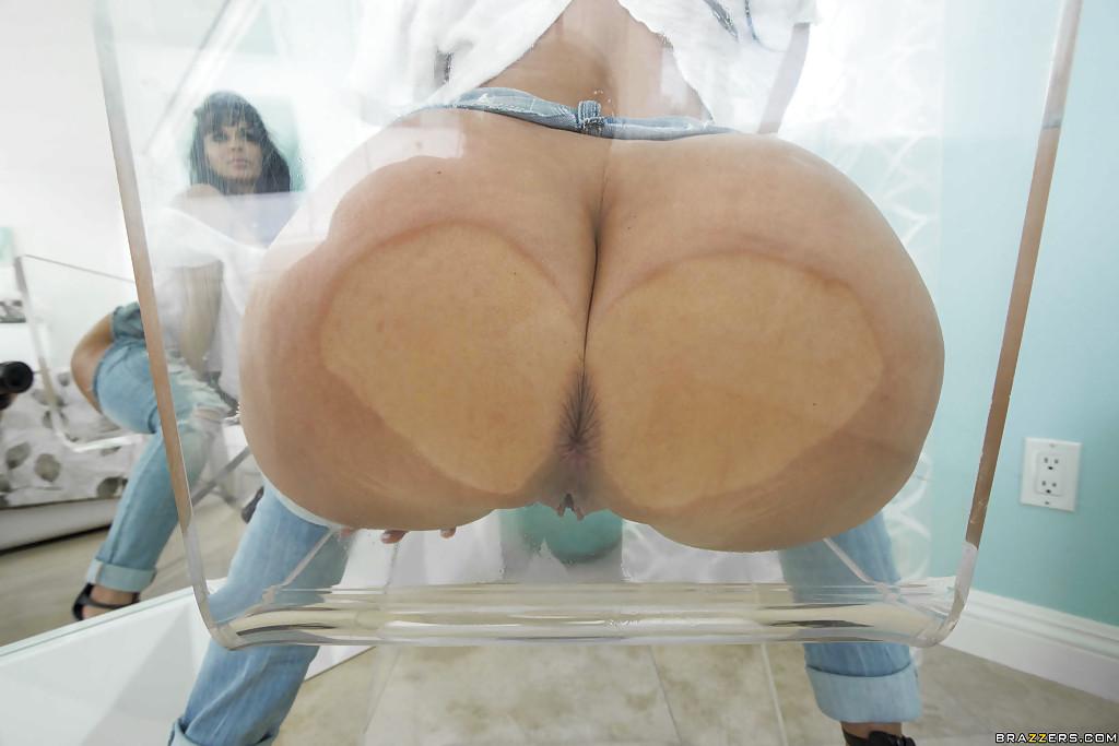 Горячая мамочка сексуально позирует обнажая огромные булки и дойки 12 фото