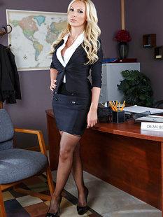 Пышная мамочка с большими сиськами раздевается позируя в офисе на столе