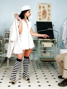 Сексуальная медсестра Lucie V скачет на члене пациента в кабинете