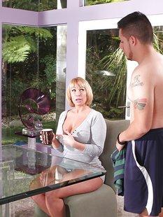 Пышная домохозяйка делает минет татуированному любовнику сидя на стуле