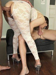 Азиатскую мамашу трахают сразу два любовника на пуфике