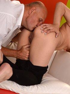 Пожилой любовник трахает сексуальную студентку