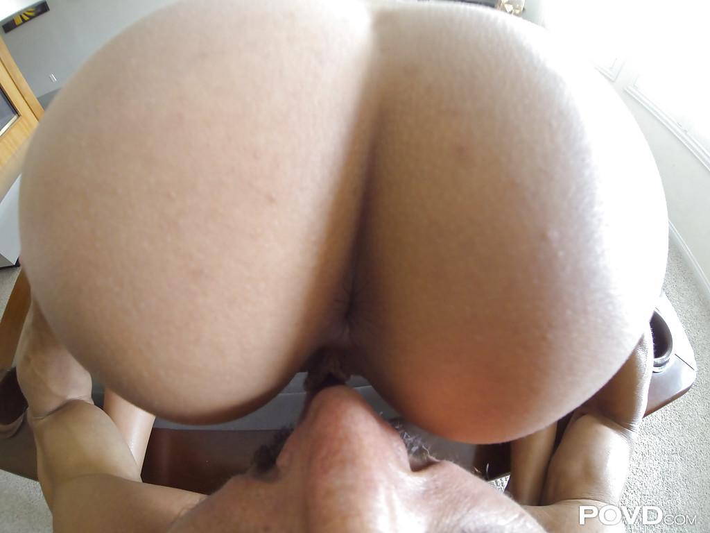 Секс от первого лица с фигуристой итальянкой в постели 1 фото
