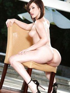 30 летняя дамочка сексуально раздевается оголив пышные булки у бассейна