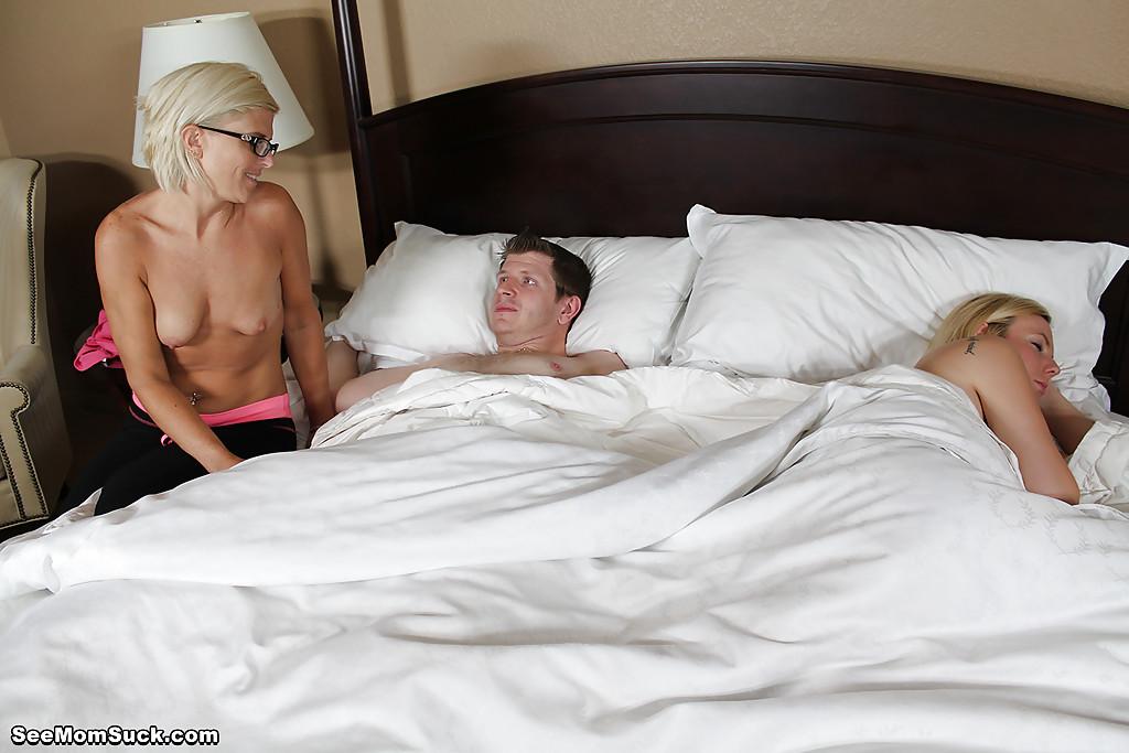 Озабоченная особа отсасывает парню член возле спящей подружки 4 фото