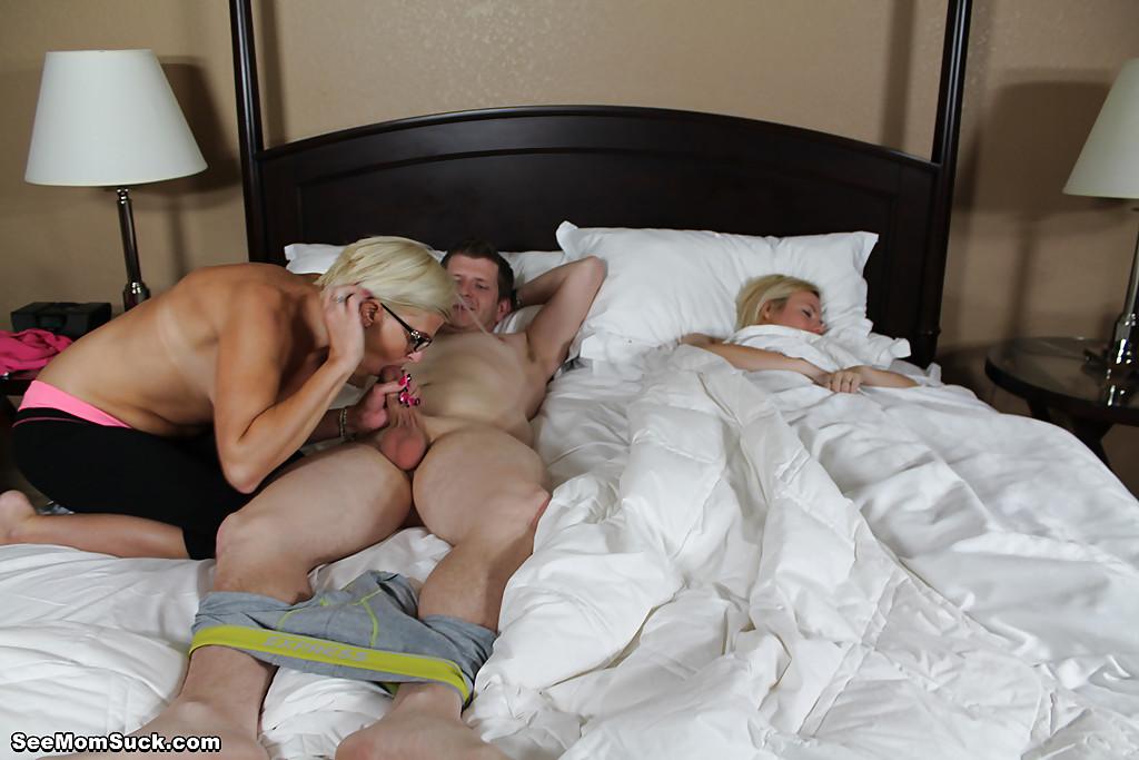 Озабоченная особа отсасывает парню член возле спящей подружки 8 фото