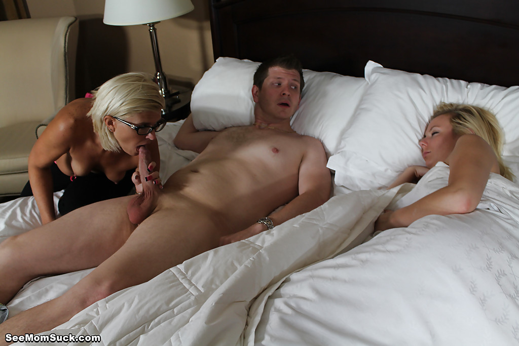 Озабоченная особа отсасывает парню член возле спящей подружки 12 фото