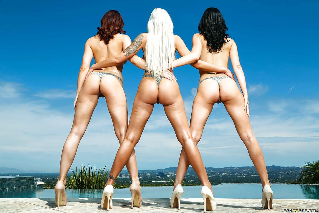 Три грудастые мамочки загорают голышом у бассейна 6 фото