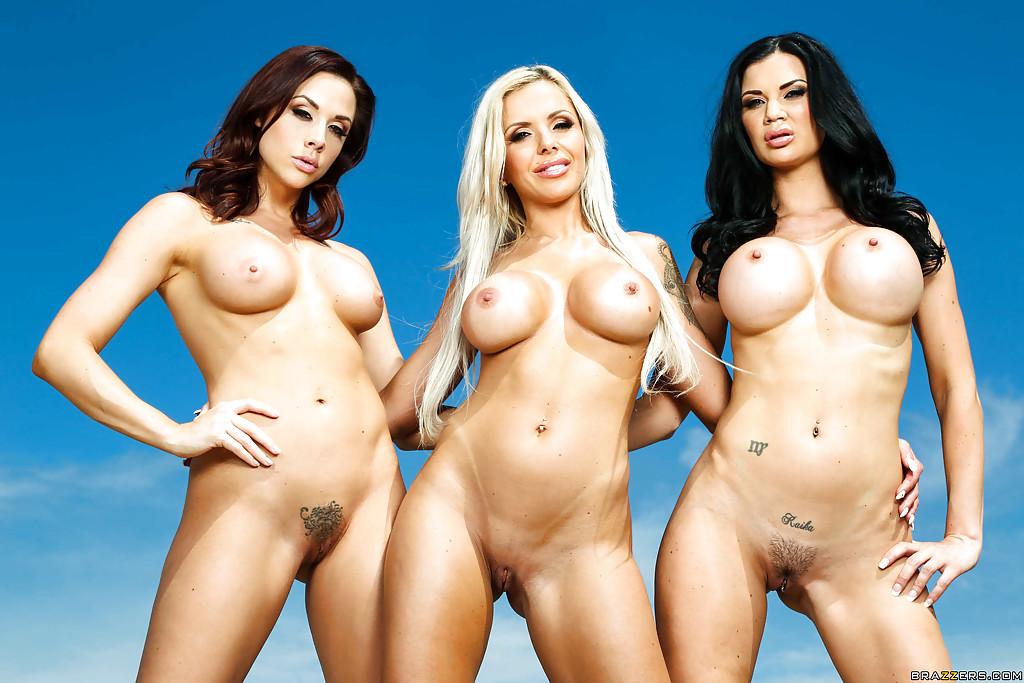 Три грудастые мамочки загорают голышом у бассейна 8 фото